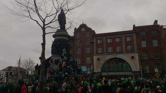 statue-at-parade