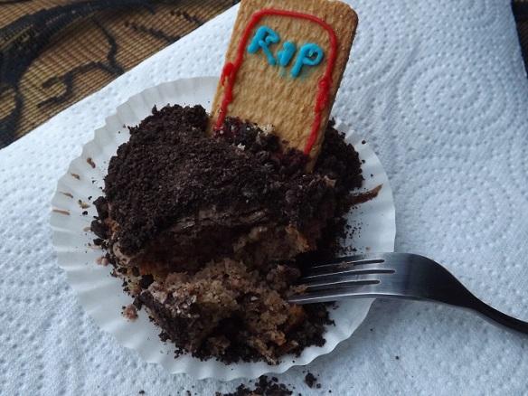 chocolate-graveyard-cupcake