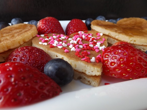 heart-pancakes-with-berries